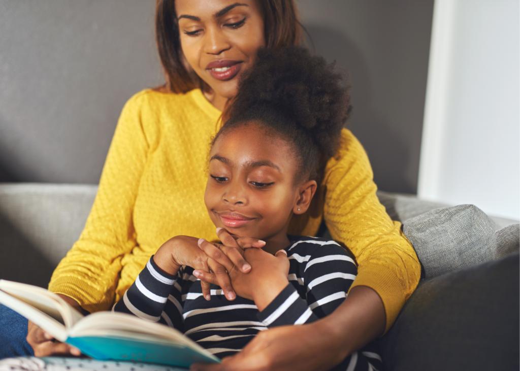 criança negra lendo